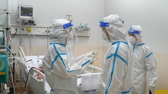 Các bác sĩ trao đổi phương pháp điều trị cho bệnh nhân tại Bệnh viện Hồi sức Covid-19