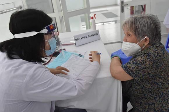 Người cao tuổi, người mắc bệnh mãn tính được kiểm tra sức khỏe trước khi tiêm vaccine