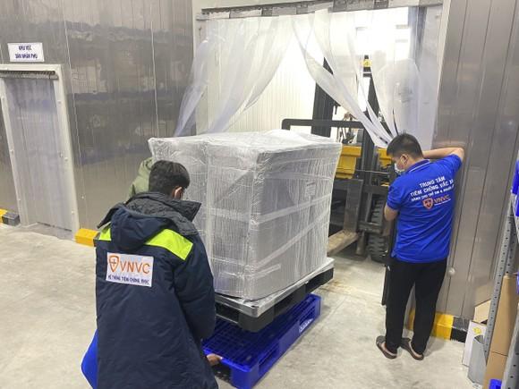 Thêm hơn 1,2 triệu liều vaccine Covid-19 của AstraZeneca về đến Việt Nam ảnh 1