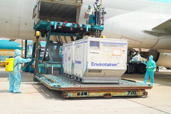 659.900 liều vaccine Covid-19 đã về đến sân bay Tân Sơn Nhất vào sáng 29-7