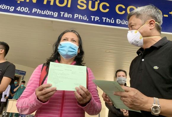 Thứ trưởng Bộ Y tế Nguyễn Trường Sơn trao giấy chứng nhận xuất viện cho một bệnh nhân đã điều trị khỏi Covid-19