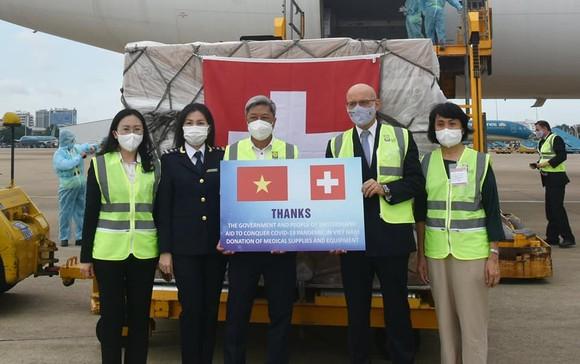 Thứ trưởng Bộ Y tế Nguyễn Trường Sơn tiếp nhận lô hàng viện trợ từ Chính phủ và nhân dân Thụy Sỹ