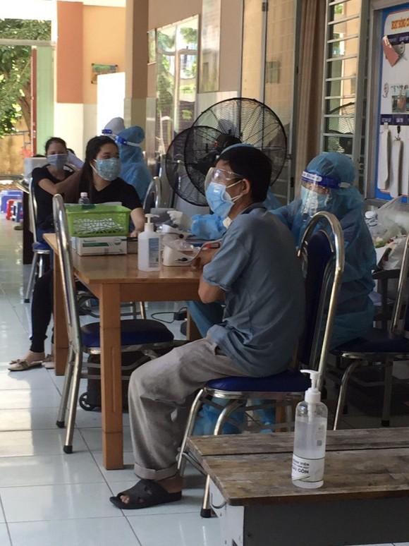 TPHCM: Gần 93.000 người được tiêm vaccine trong ngày, trao nhiều 'túi thuốc cùng F0 chiến thắng Covid-19' ảnh 1