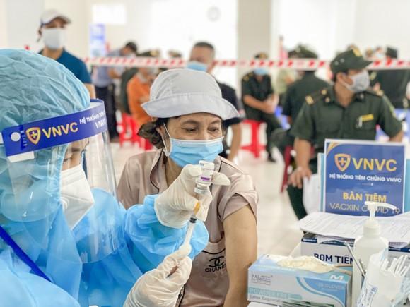 Thêm 1,2 triệu liều vaccine Covid-19 của AstraZeneca được VNVC bàn giao cho Bộ Y tế  ảnh 1