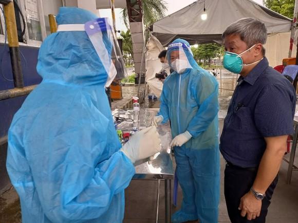TPHCM: Có hơn 140.000 bệnh nhân khỏi bệnh, lãnh đạo Bộ Y tế kiểm tra chợ đầu mối Bình Điền ảnh 2