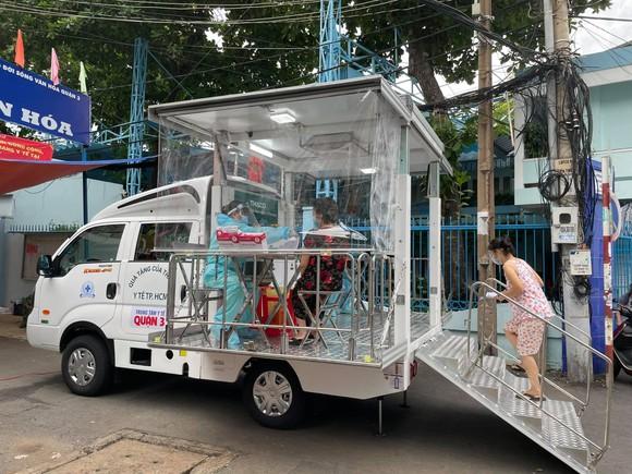 Quận 3 sử dụng xe tiêm lưu động đến các khu nhà trọ để tiêm vaccine cho người dân