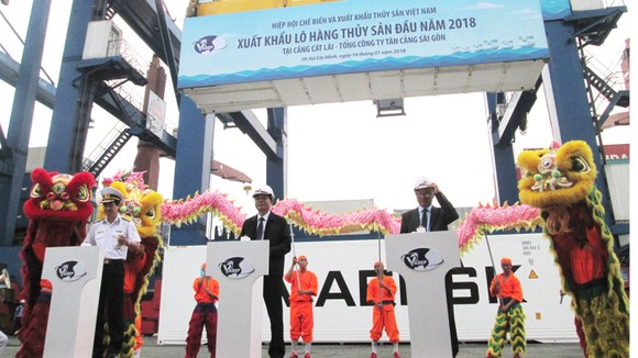 Bộ trưởng Bộ NN&PTNT Nguyễn Xuân Cường và các đại biểu bấm nút phát lệnh xuất khẩu lô hàng thủy sản đầu năm 2018