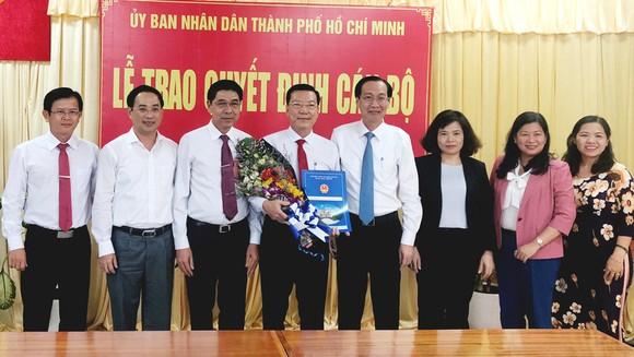 Đồng chí Lê Thanh Liêm trao quyết định phê chuẩn Chủ tịch UBND huyện Cần Giờ cho ông Nguyễn Văn Hồng
