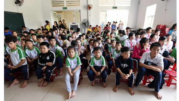 Trao tặng 20 máy vi tính cho Trung tâm nuôi dạy trẻ khuyết tật Võ Hồng Sơn ảnh 1