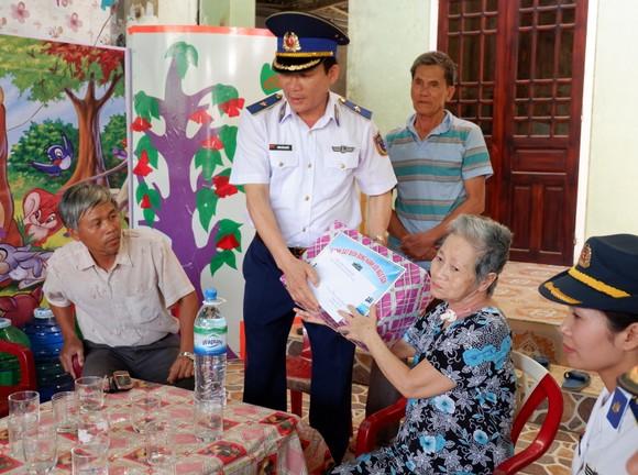 Cảnh sát biển đồng hành cùng ngư dân đảo Lý Sơn ảnh 2