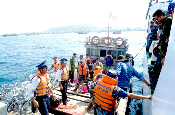 Cảnh sát biển đồng hành cùng ngư dân đảo Lý Sơn ảnh 1