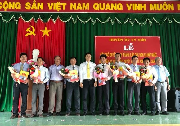Huyện đảo Lý Sơn chính thức hợp nhất 15 cơ quan thành 7 cơ quan, tinh giảm biên chế ảnh 1