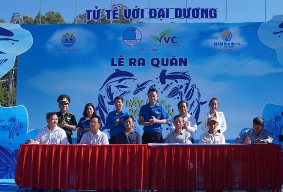 """Quảng Ngãi: 2.000 người tham gia chiến dịch """"Hãy làm sạch biển"""" ảnh 1"""