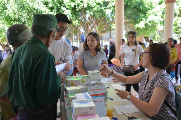 Bệnh viện Đại học Y Dược TPHCM khám chữa bệnh miễn phí cho người dân Quảng Ngãi ảnh 3