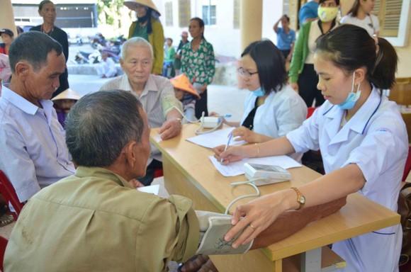 Bệnh viện Đại học Y Dược TPHCM khám chữa bệnh miễn phí cho người dân Quảng Ngãi ảnh 2