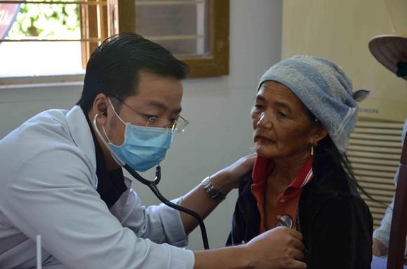 Bệnh viện Đại học Y Dược TPHCM khám chữa bệnh miễn phí cho người dân Quảng Ngãi ảnh 1