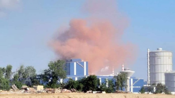 Bụi màu hồng phát ra từ mái nhà xưởng của Nhà máy thép Hòa Phát Dung Quất