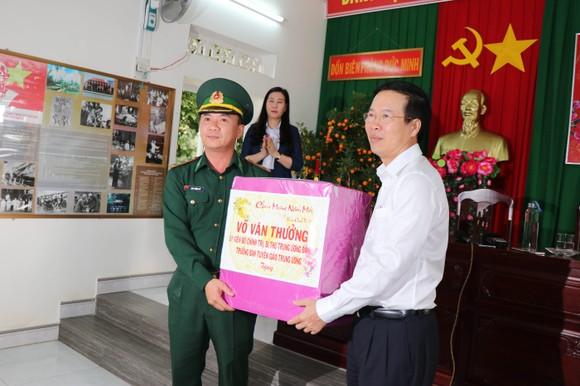 Trưởng ban Tuyên giáo Trung ương Võ Văn Thưởng thăm và chúc tết các chiến sĩ biên phòng ở Quảng Ngãi ảnh 1