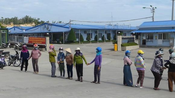 Người dân chặn cổng Nhà máy thép Hòa Phát-Dung Quất vì phải chịu đựng sống trong ô nhiễm ảnh 1