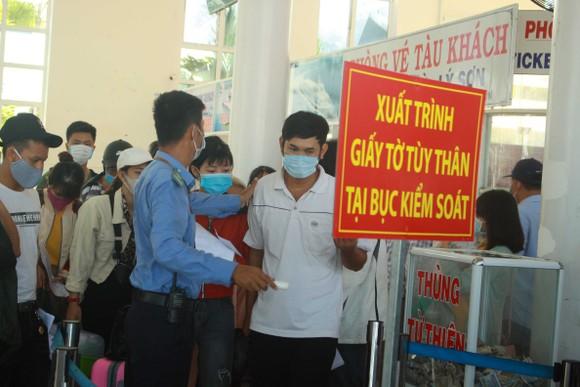 Tăng chuyến tàu đưa hơn 2.000 khách rời đảo Lý Sơn, Quảng Ngãi ảnh 1