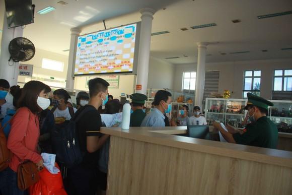 Tăng chuyến tàu đưa hơn 2.000 khách rời đảo Lý Sơn, Quảng Ngãi ảnh 7