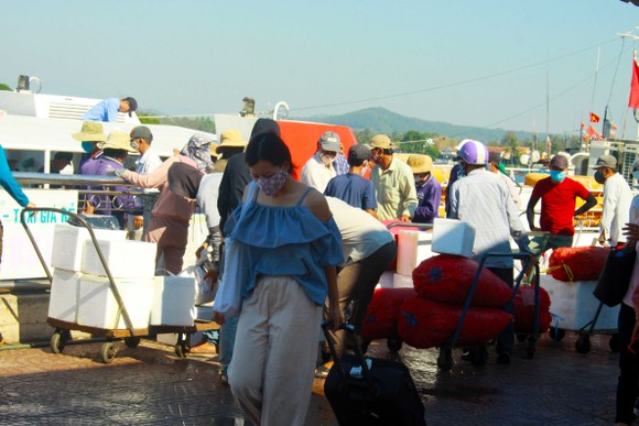 Tăng chuyến tàu đưa hơn 2.000 khách rời đảo Lý Sơn, Quảng Ngãi ảnh 8