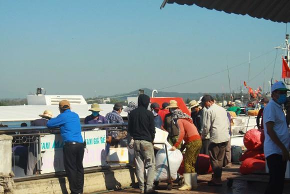 Tăng chuyến tàu đưa hơn 2.000 khách rời đảo Lý Sơn, Quảng Ngãi ảnh 12