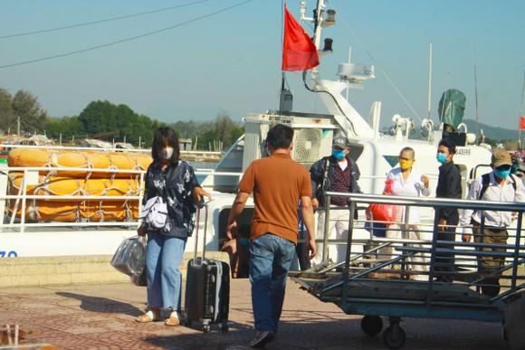 Tăng chuyến tàu đưa hơn 2.000 khách rời đảo Lý Sơn, Quảng Ngãi ảnh 10