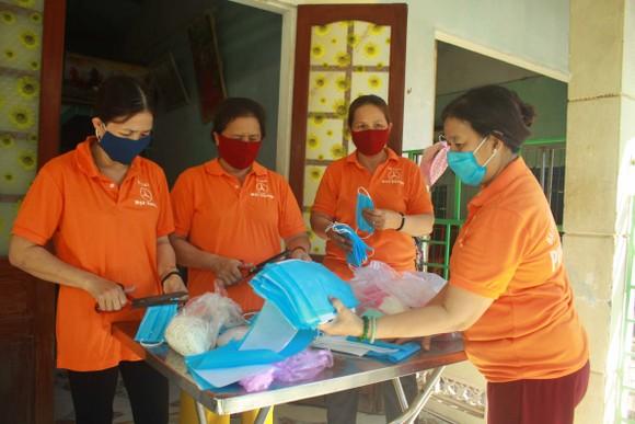 Quảng Ngãi: Cả làng may khẩu trang phát miễn phí chống dịch Covid-19 ảnh 7
