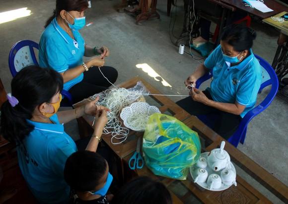 Quảng Ngãi: Cả làng may khẩu trang phát miễn phí chống dịch Covid-19 ảnh 4