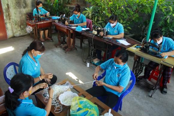 Quảng Ngãi: Cả làng may khẩu trang phát miễn phí chống dịch Covid-19 ảnh 3