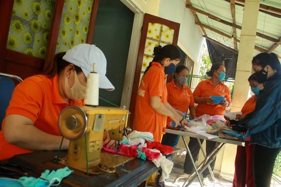 Quảng Ngãi: Cả làng may khẩu trang phát miễn phí chống dịch Covid-19 ảnh 1