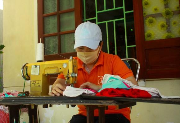 Quảng Ngãi: Cả làng may khẩu trang phát miễn phí chống dịch Covid-19 ảnh 8