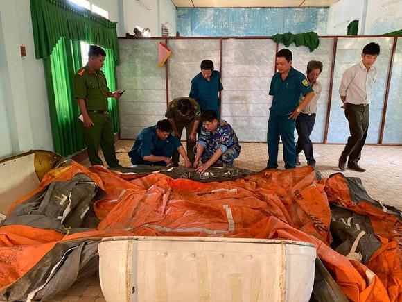 Bộ Tư lệnh Vùng Cảnh sát biển 2 tặng phao bè cứu sinh cho vùng lũ tỉnh Quảng Ngãi ảnh 1