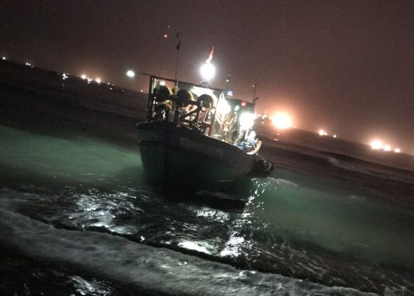 Quảng Ngãi khẩn trương neo trú tàu thuyền tránh trú bão số 9  ảnh 11