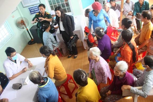 Đoàn công tác Bộ Quốc phòng khám, phát thuốc cho người dân tỉnh Quảng Ngãi khắc phục hậu quả bão số 9 ảnh 3