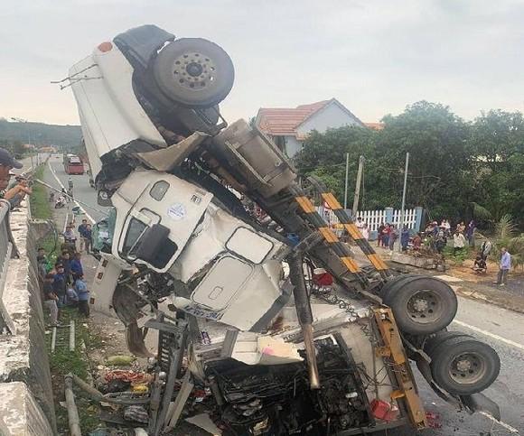 Quảng Ngãi: Tránh ổ gà, xe container lật nghiêng rơi xuống đường ảnh 2