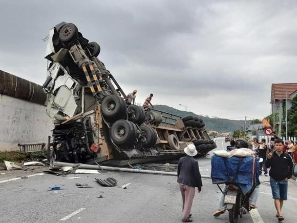 Quảng Ngãi: Tránh ổ gà, xe container lật nghiêng rơi xuống đường ảnh 1