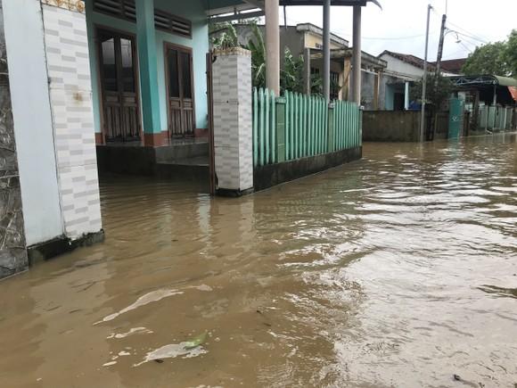 Nước lũ dâng cao, nhiều nơi ở Quảng Ngãi bị ngập sâu ảnh 10