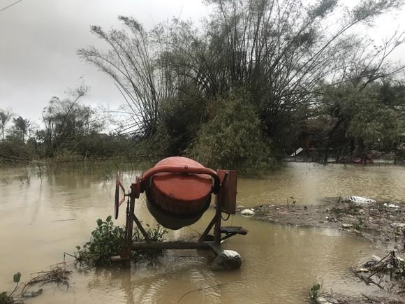 Nước lũ dâng cao, nhiều nơi ở Quảng Ngãi bị ngập sâu ảnh 9