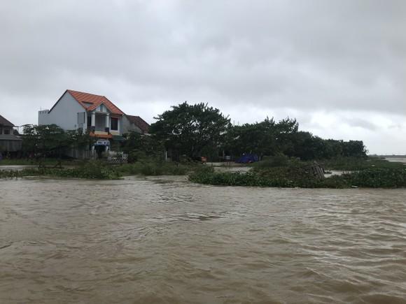 Nước lũ dâng cao, nhiều nơi ở Quảng Ngãi bị ngập sâu ảnh 7