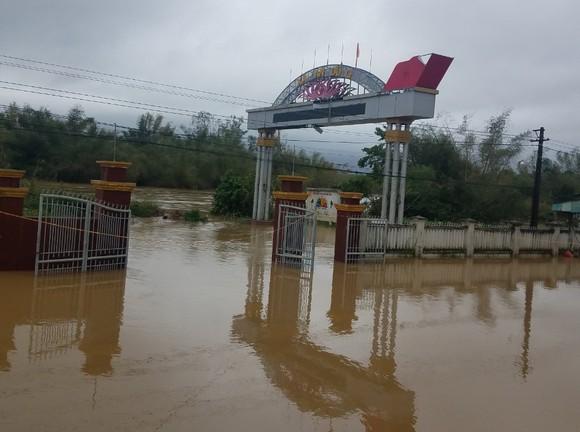 Nước lũ dâng cao, nhiều nơi ở Quảng Ngãi bị ngập sâu ảnh 1