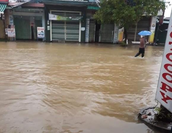 Nước lũ dâng cao, nhiều nơi ở Quảng Ngãi bị ngập sâu ảnh 2