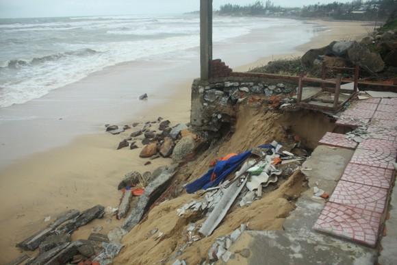 Người dân ven biển Quảng Ngãi cuống cuồng vì sạt lở ảnh 5