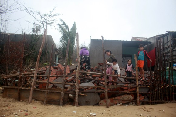 Người dân ven biển Quảng Ngãi cuống cuồng vì sạt lở ảnh 7