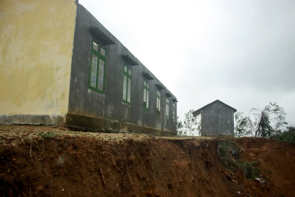Cận cảnh ngôi trường bên bờ vực sạt lở  ảnh 4