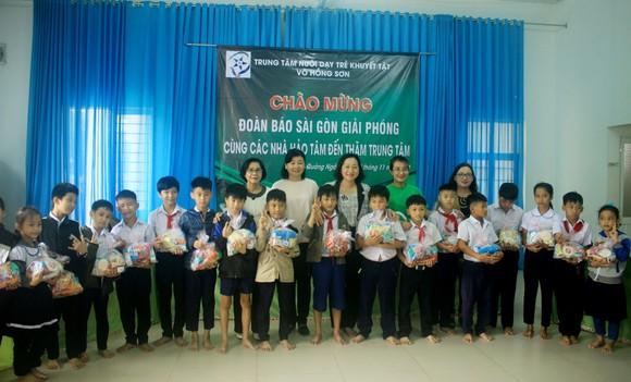 Báo SGGP và Công ty TNHH Grab Việt Nam trao 100 triệu đồng hỗ trợ Trung tâm Nuôi dạy trẻ khuyết tật Võ Hồng Sơn ảnh 1