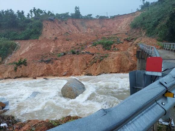 Tiếp tục sạt lở ở Quảng Ngãi, di dời dân khẩn cấp ảnh 2