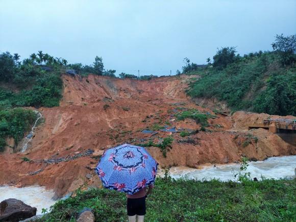 Tiếp tục sạt lở ở Quảng Ngãi, di dời dân khẩn cấp ảnh 3