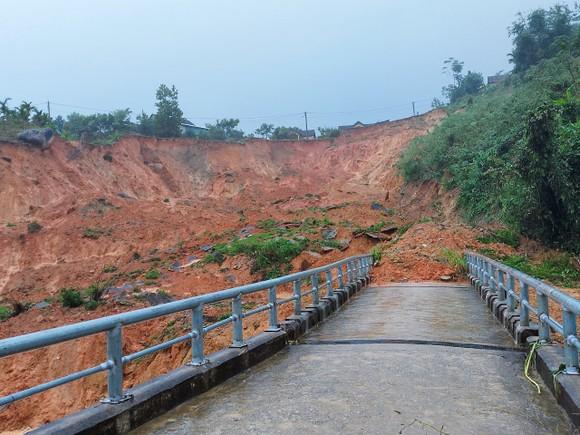 Tiếp tục sạt lở ở Quảng Ngãi, di dời dân khẩn cấp ảnh 5